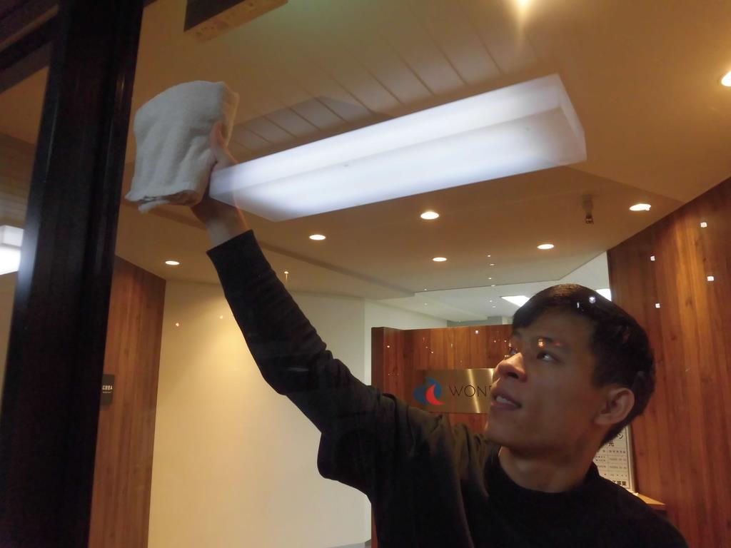 外国人雇用の事務作業を大幅軽減するシステムが登場。写真はオフィスビルの清掃作業の様子(同社提供)