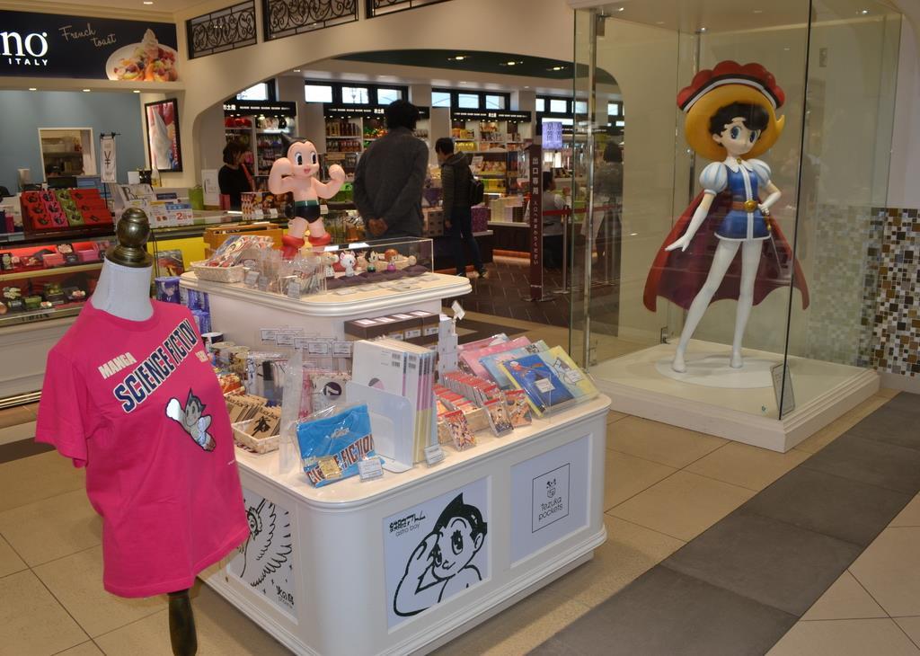兵庫県宝塚市出身の漫画家、手塚治虫氏の作品グッズが並ぶ宝塚北SA内のショップ