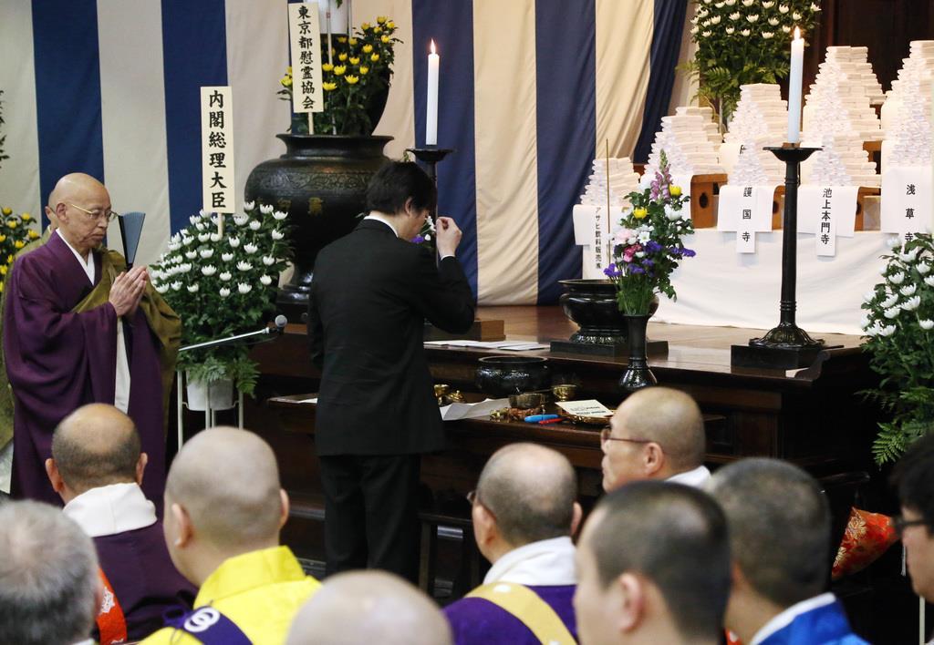 東京大空襲の法要で、焼香される秋篠宮さま=10日、東京都墨田区の都慰霊堂