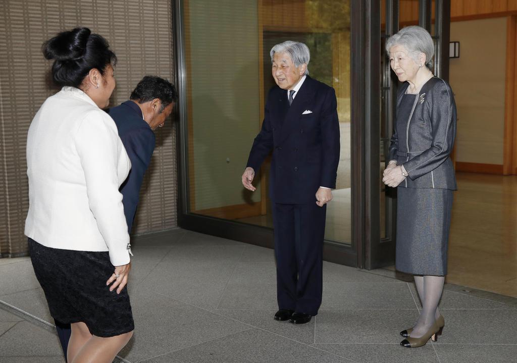 昼食に招いたパラオのレメンゲサウ大統領夫妻を出迎えられる天皇、皇后両陛下=11日、皇居・御所