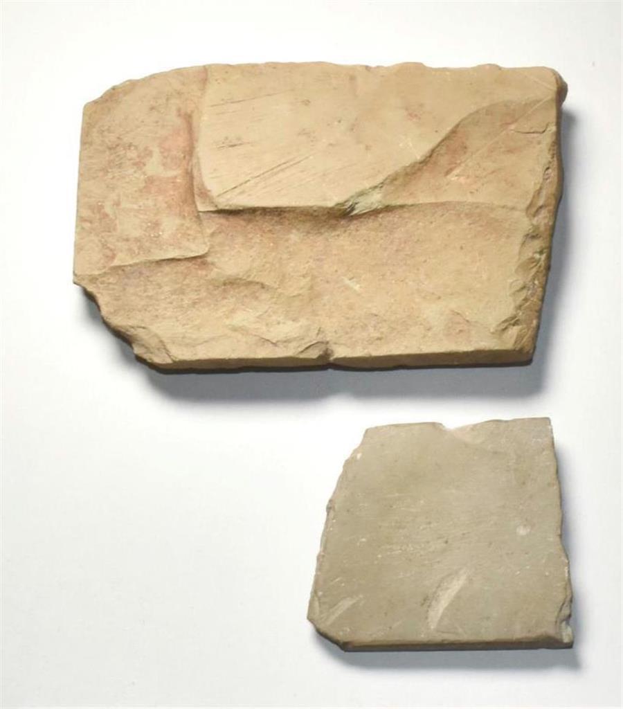 佐賀県の吉野ケ里遺跡から出土した弥生時代のすずり(上)と研石とみられる2点(同県教育委員会提供)