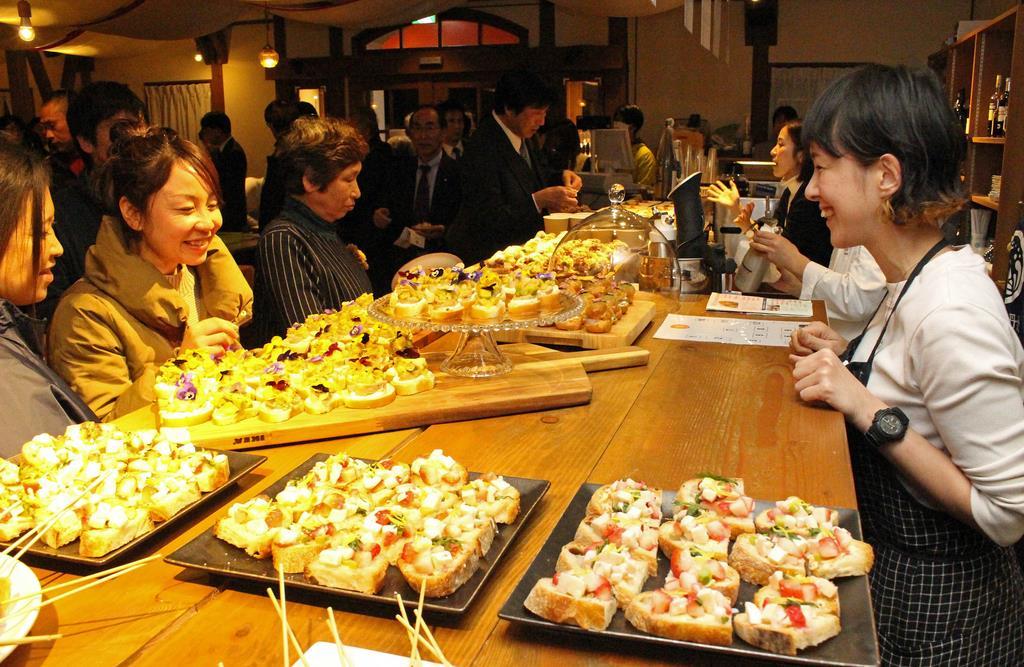 カウンターに並べられた「たんちょす」を選ぶ参加者(左)=京丹後市弥栄町
