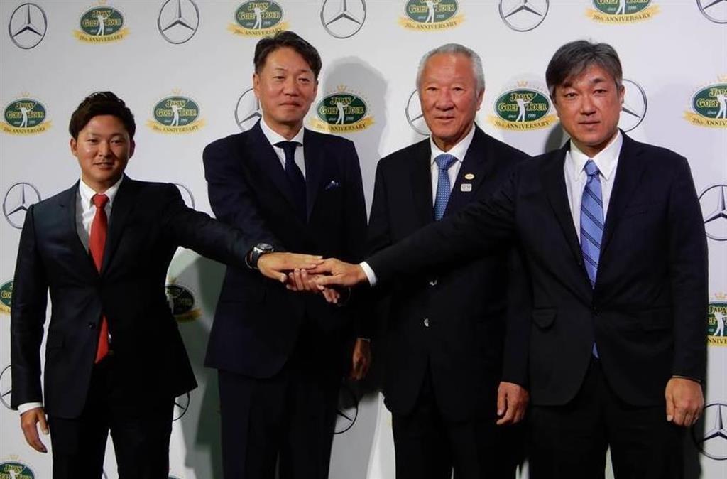 メルセデス・ベンツ日本の上野社長(左から2人目)とJGTOの青木会長(同3人目)、左は今平、右はJGTO佐藤理事