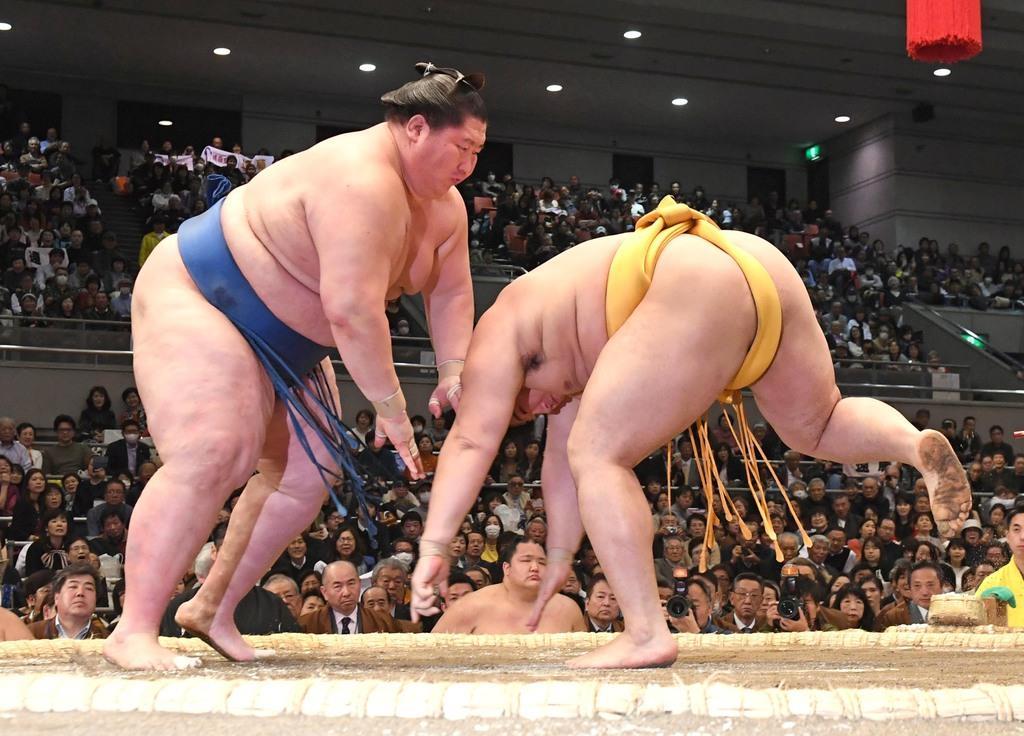 大相撲三月場所6日目 逸ノ城がはたきこみで遠藤を下す=エディオンアリーナ大阪(安元雄太撮影)