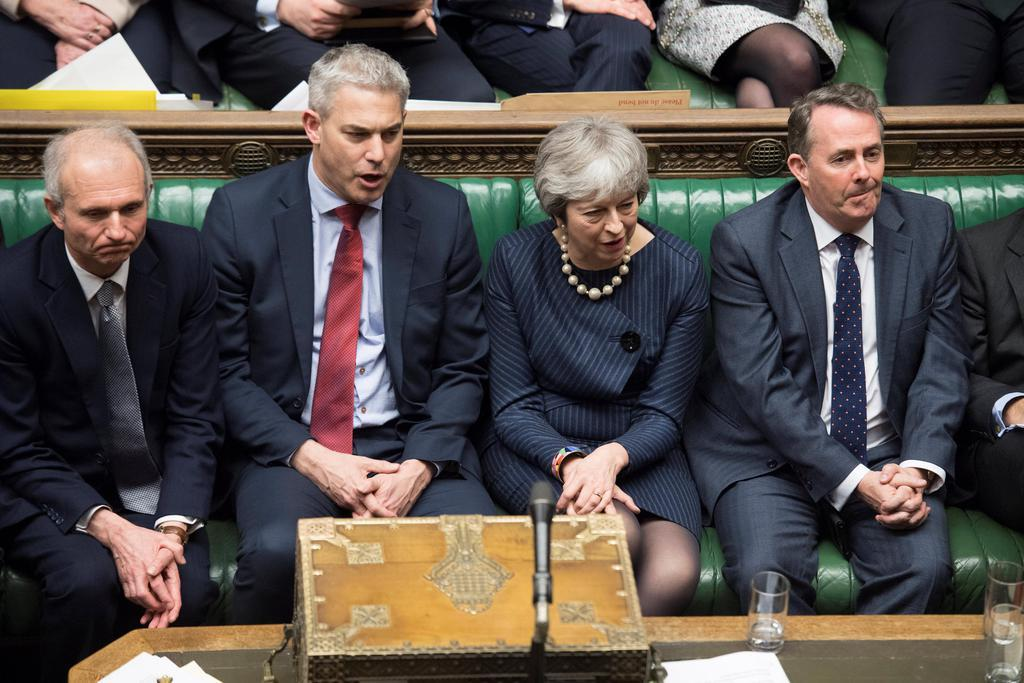 14日、英下院での討論に出席するメイ首相(右から2人目)=ロンドン(ロイター)