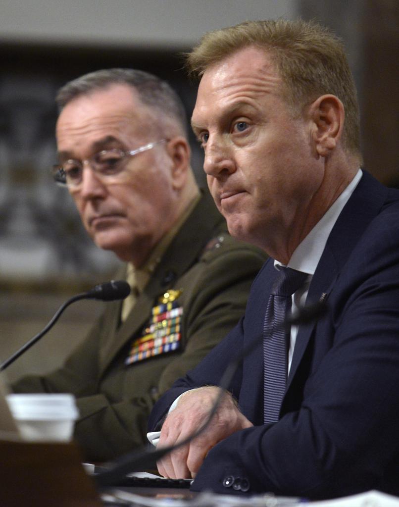 14日、ワシントンで開かれた上院軍事委員会の公聴会で意見を述べるシャナハン米国防長官代行(右)(UPI=共同)