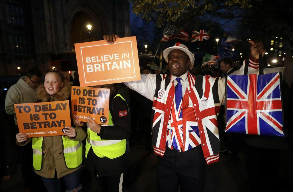 英下院のそばに集まった欧州連合(EU)離脱賛成派=14日、ロンドン(AP)