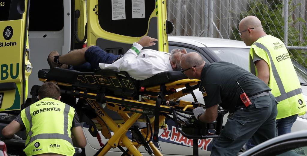 負傷者を搬送する救急隊員ら=15日、ニュージーランドのクライストチャーチ(AP)