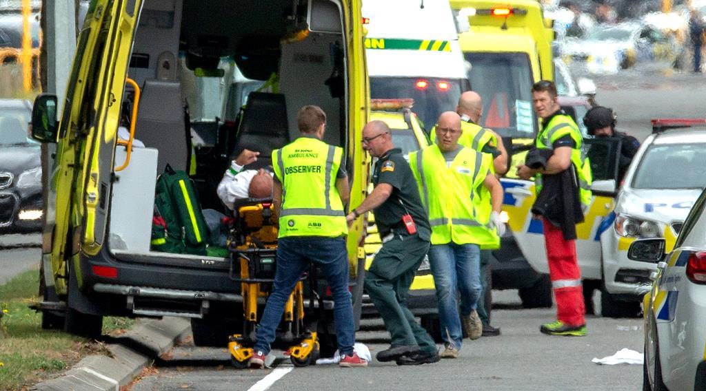 銃乱射の事件現場となったモスク(イスラム教礼拝所)から救急車で搬送される被害者=15日、ニュージーランド南島のクライストチャーチ(ロイター)