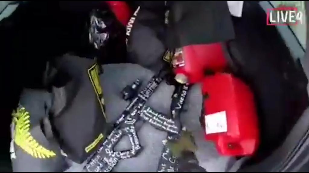 銃乱射事件の犯行現場となったモスク(イスラム教礼拝所)に実行犯が侵入する直前の映像。犯人自身が撮影し、ソーシャルメディアでライブ配信された=15日、ニュージーランド南島のクライストチャーチ(ロイター)
