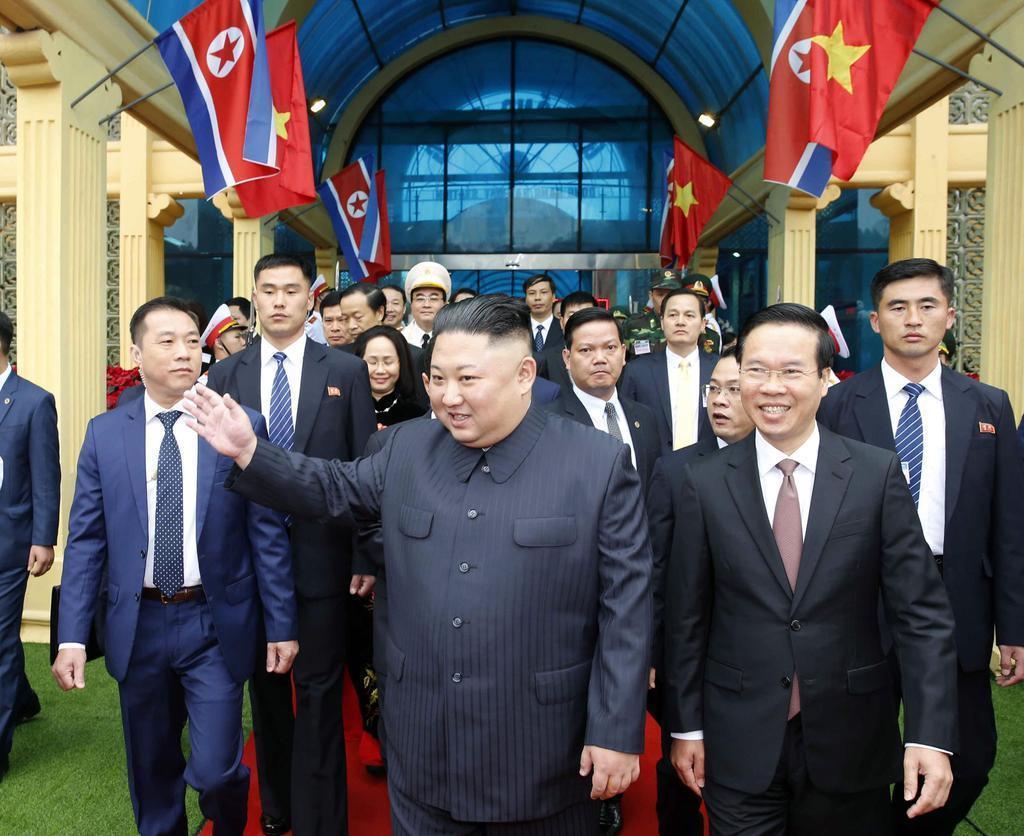 ベトナム・ドンダン駅に到着し、出迎えの人に手を振る北朝鮮の金正恩朝鮮労働党委員長=2月26日(VNA=共同)