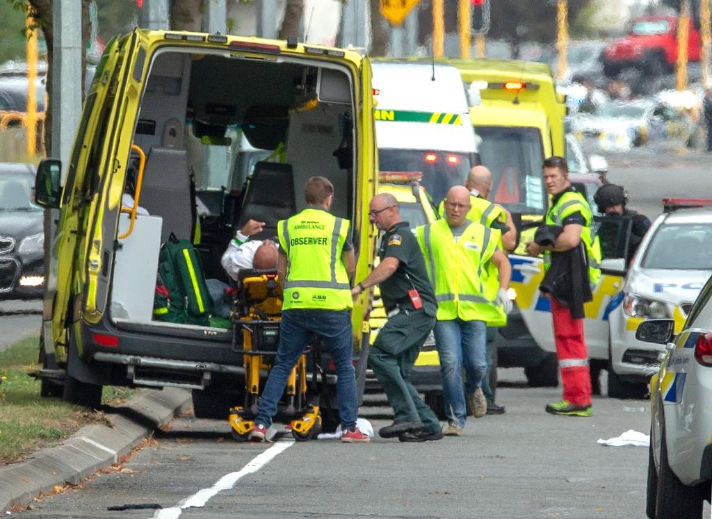 15日、銃乱射の事件現場から救急車で搬送される負傷者=ニュージーランド南島のクライストチャーチ(ロイター)