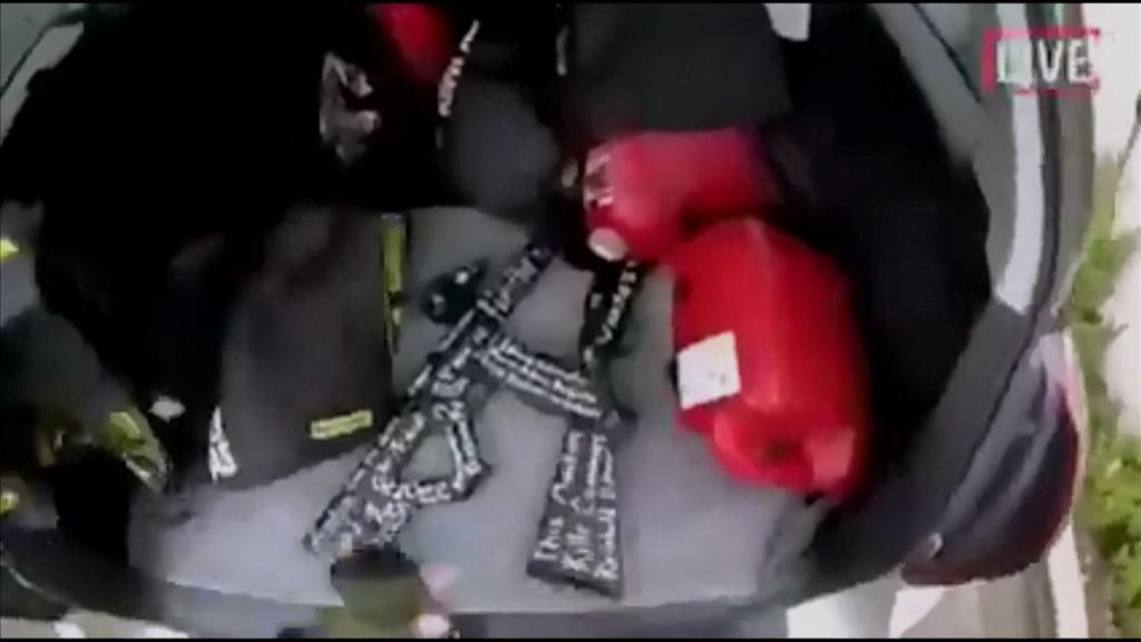 15日、ニュージーランド・クライストチャーチの銃乱射で、車に積まれた銃。男がソーシャルメディアに投稿した動画から(ロイター)