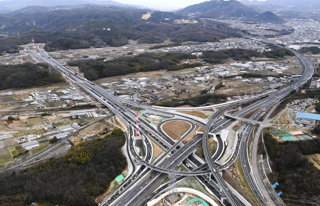神戸JCT(手前)から川西IC(左奥)へ延びる新名神高速道路。右に延びるのは中国自動車道(本社ヘリから)