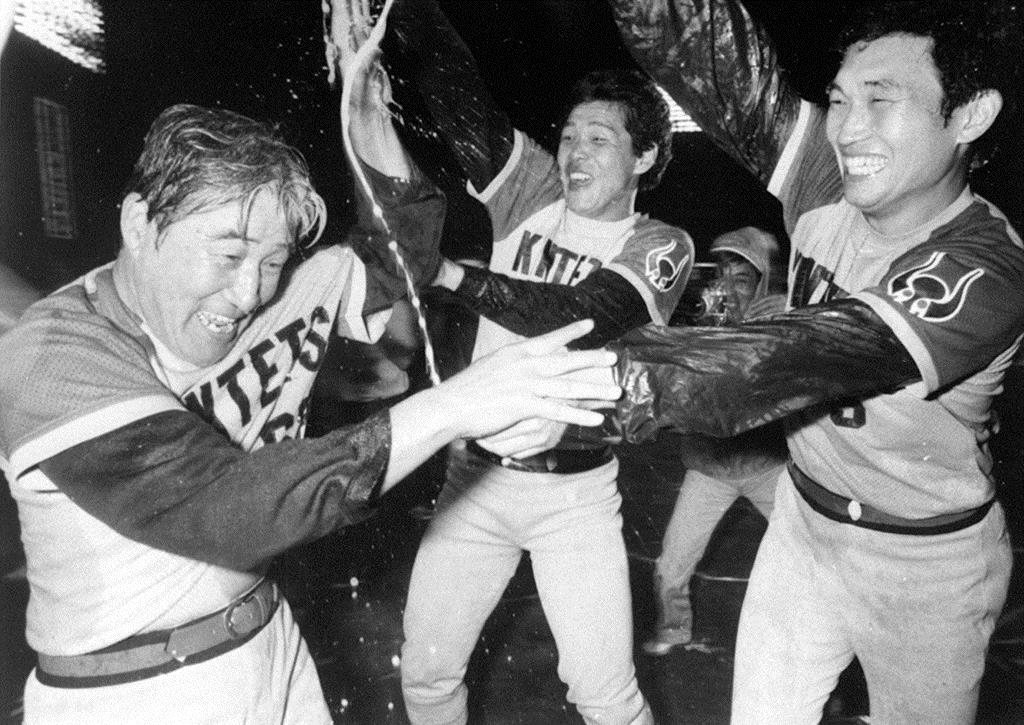 祝勝会で佐々木(右)平野(中央)からビールをかけられる西本監督