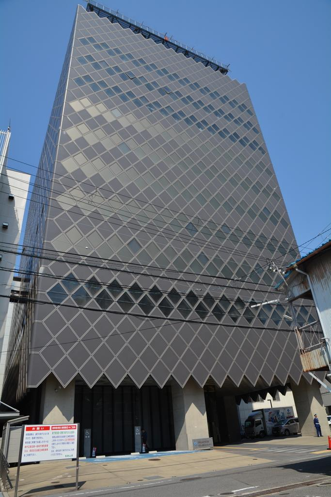 YKB子会社製の免震オイルダンパーが設置されている県庁南別館=和歌山市(前川康二撮影)
