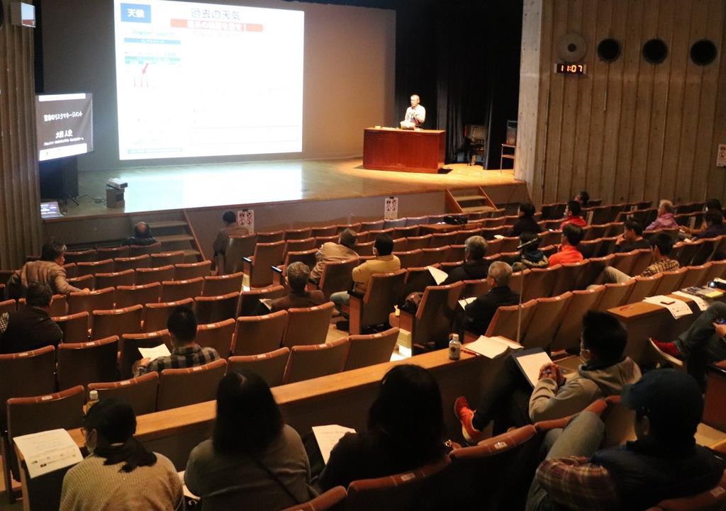 「雪崩から身を守るために」と題した講演会が開かれ、リスクマネジメントについて解説する大西人史さん=16日、栃木県大田原市本町の同市総合文化会館