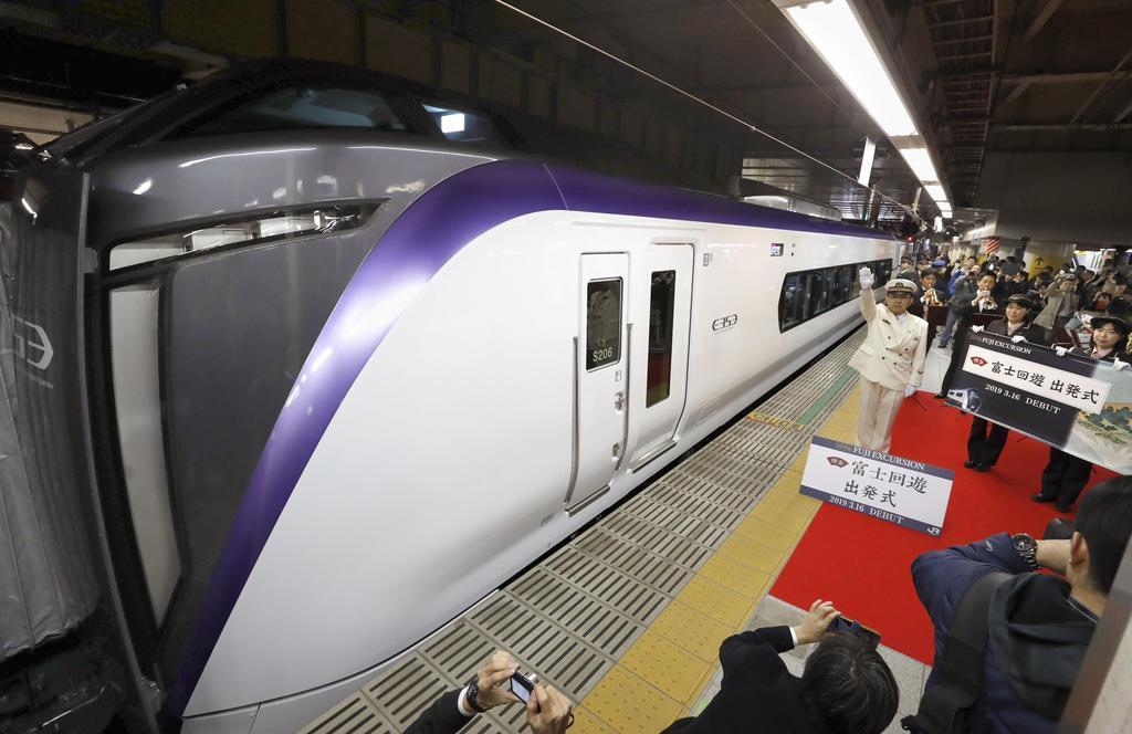 駅長の合図でJR新宿駅を出発する特急「富士回遊」=16日午前
