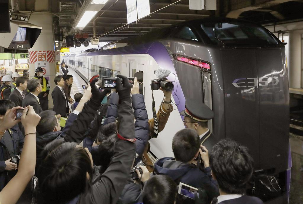 鉄道ファンのカメラに囲まれJR新宿駅を出発する特急「富士回遊」=16日午前