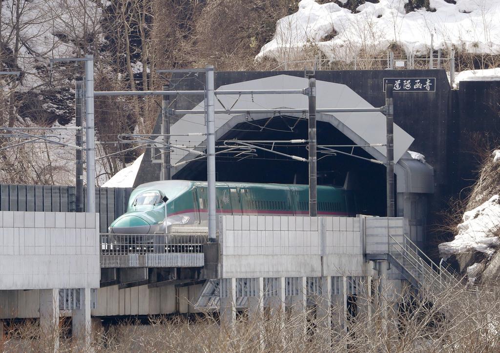 青函トンネルを抜け、北海道側に姿を見せた北海道新幹線。ダイヤ改正で東京-新函館北斗の所要時間が最速で3時間58分となった=16日正午、北海道知内町