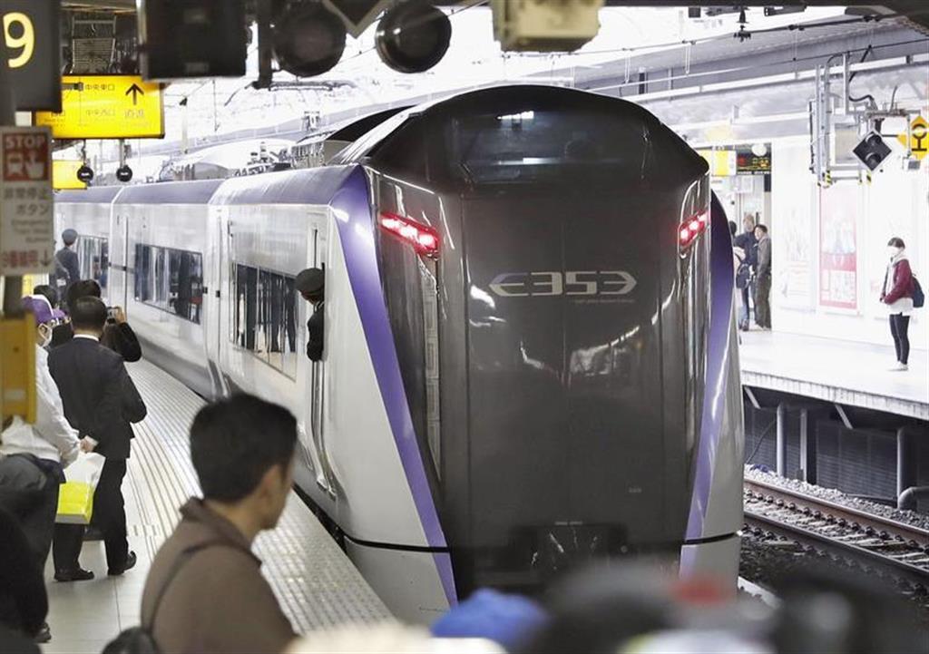 鉄道ファンに見送られながら出発した特急「富士回遊」=16日午前、JR新宿駅