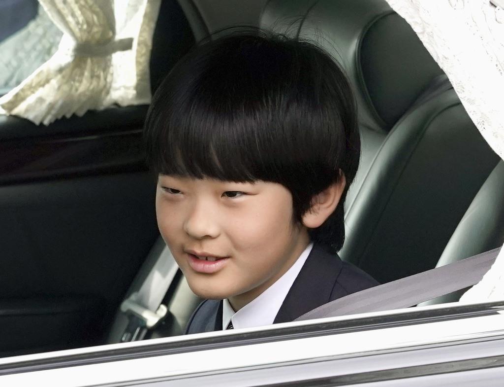 お茶の水女子大付属小の卒業報告に向かう秋篠宮家の長男悠仁さま=16日午前、皇居・半蔵門
