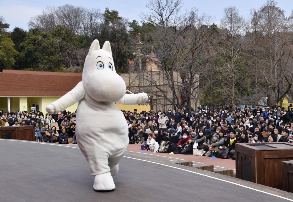 ムーミンバレーパークで開かれたショーに登場したムーミン=16日午前、埼玉県飯能市