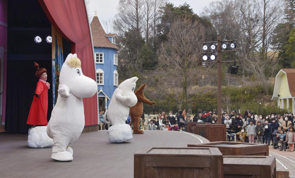 ムーミンバレーパークのショーでダンスを披露するムーミンたち=16日午前、埼玉県飯能市