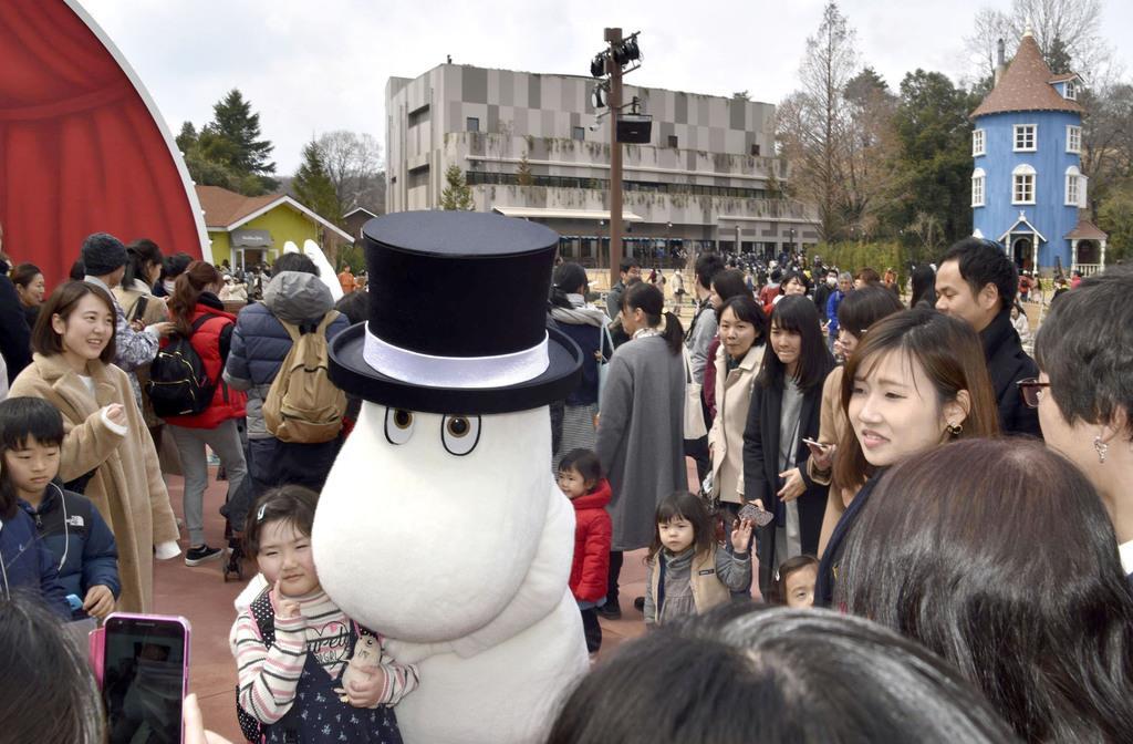 ムーミンバレーパークでムーミンパパと記念撮影する子どもら=16日午後、埼玉県飯能市