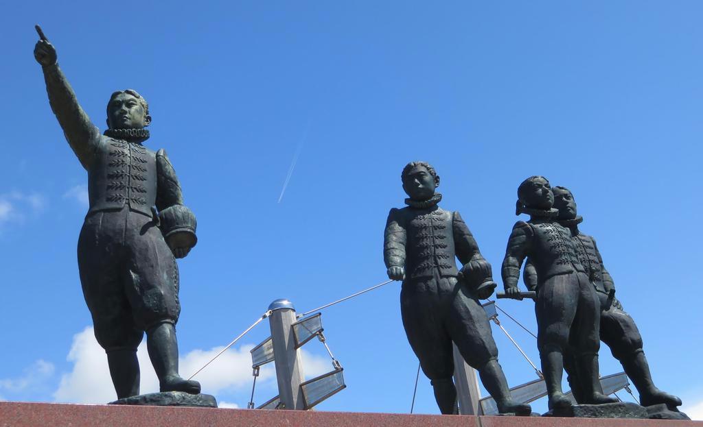 大村湾をのぞむ公園に建つ「天正遣欧少年使節」の像。8年後に帰国してからは苦難の道が待っていた