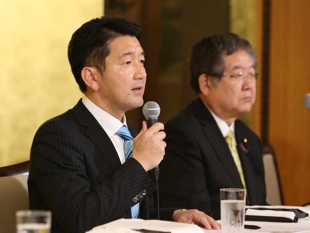 大阪市長選への出馬を表明し、会見する自民党の柳本顕氏(左)。右は左藤章府連会長=16日午後、大阪市北区(寺口純平撮影)