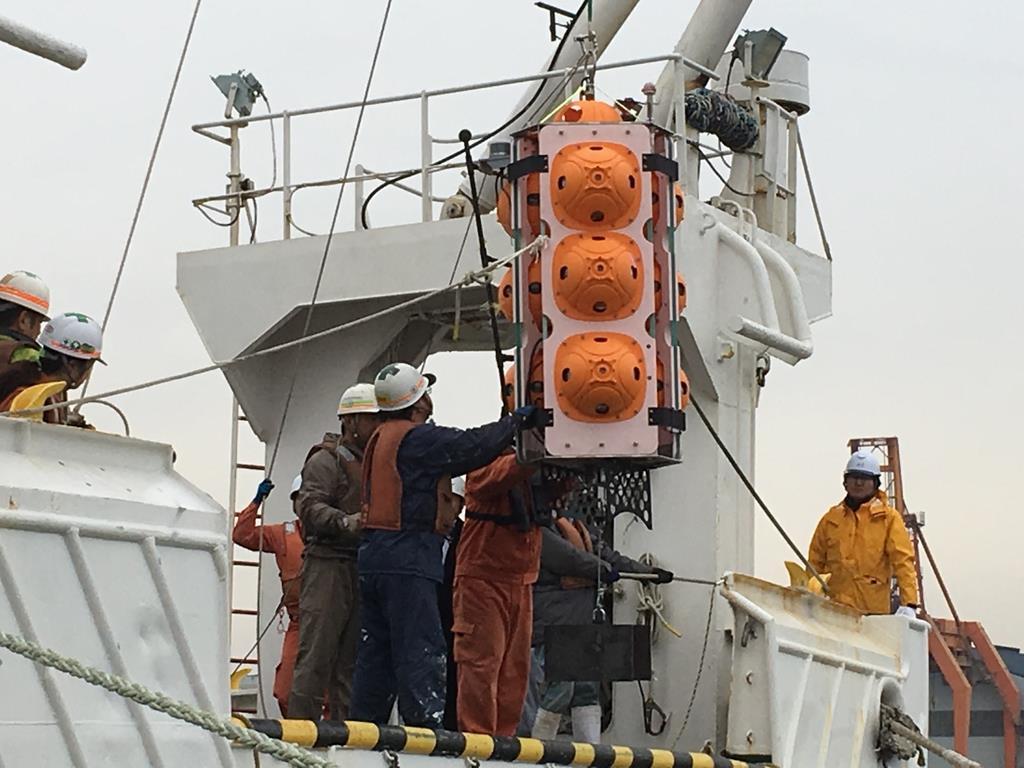 無人海底探査機「江戸っ子1号365」が船上クレーンで積まれる=2月19日、千葉市中央区の千葉港(JAMSTEC提供)