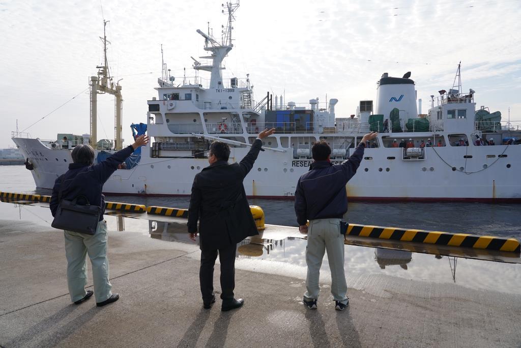 無人海底探査機「江戸っ子1号365」を積んだ船を見送る関係者=2月20日、千葉市中央区の千葉港(JAMSTEC提供)