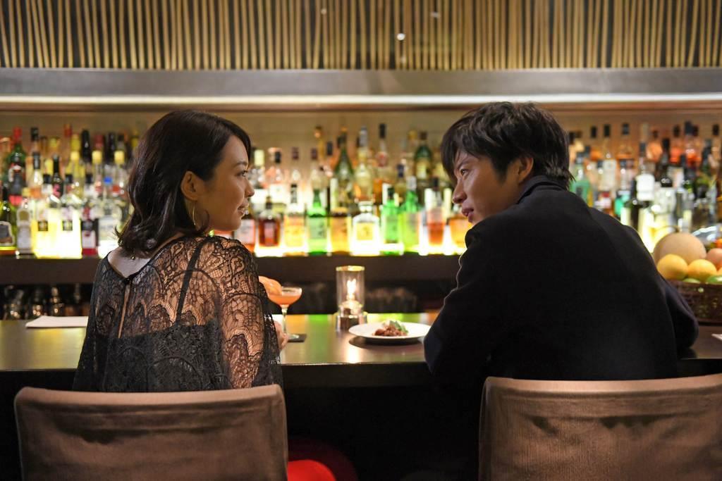 映画「美人が婚活してみたら」から。婚活を始めたタカコ(左、黒川芽以)は、歯科医の谷田部(田中圭)と知り合う (C)2018吉本興業