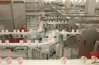 日清食品、栗東の新工場公開 最新鋭のロボット技術導入 見学用通路なども設置