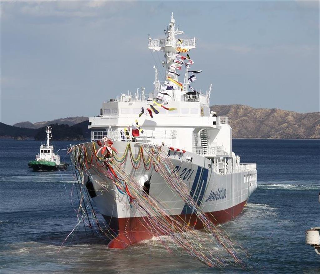 船尾から進水する「みやこ」=岡山県玉野市(第6管区海上保安本部提供)