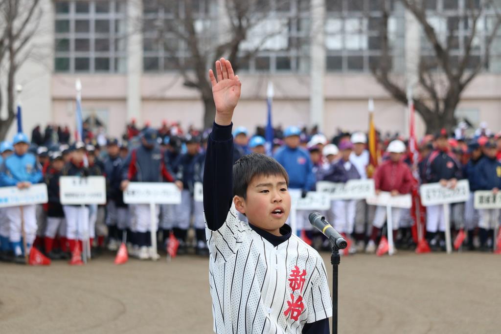 選手宣誓をする新治野球スポーツ少年団の松山海斗主将