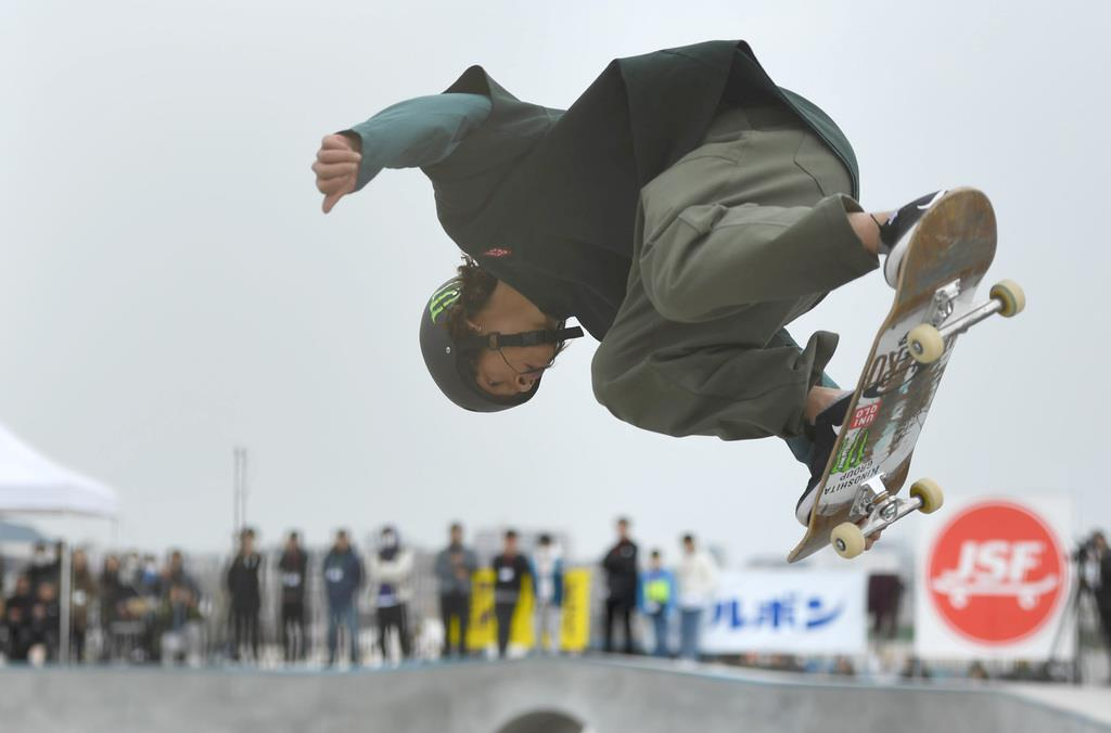 予選を滑る平野歩夢=16日午後、神奈川県藤沢市(川口良介撮影)