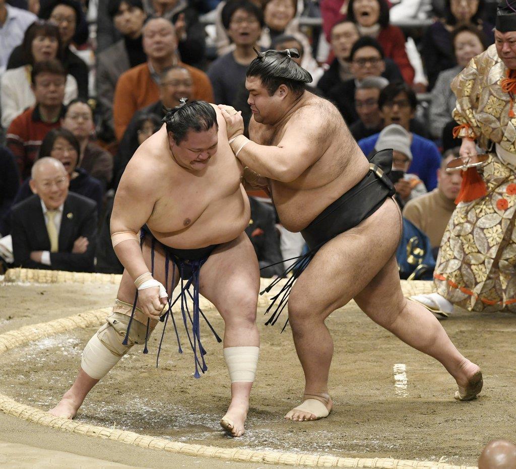 高安(右)が送り出しで北勝富士を下す=エディオンアリーナ大阪