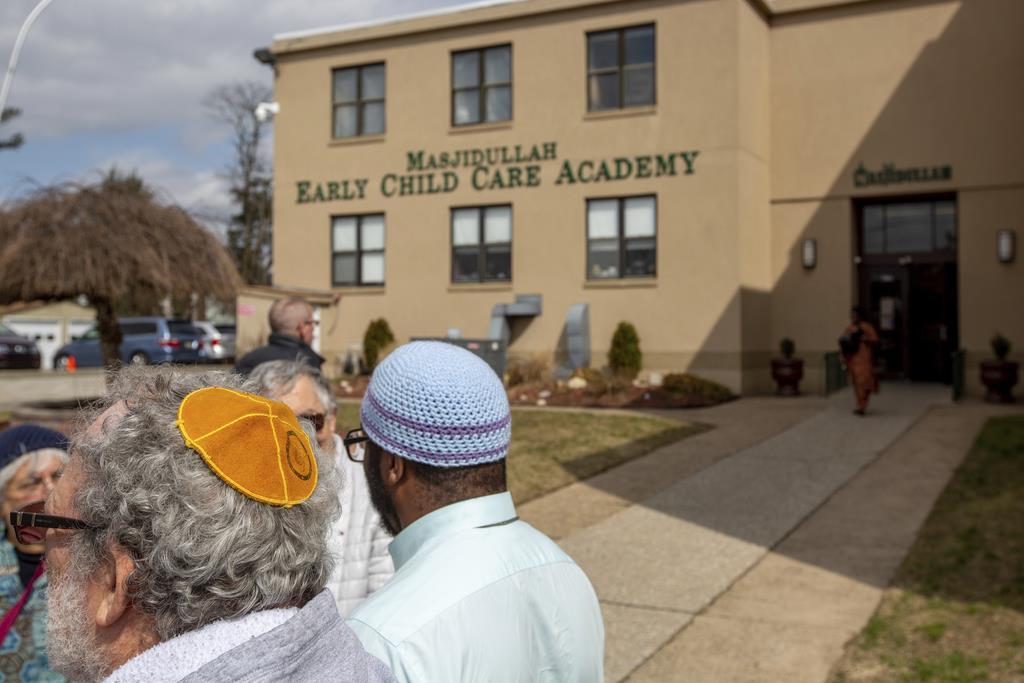 ニュージーランドの犠牲者追悼のためモスクに集まるイスラム教徒ら=15日、米フィラデルフィア(The Philadelphia Inquirer=AP)