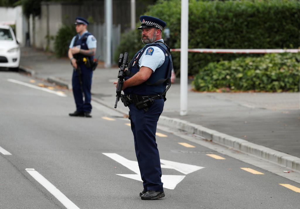 銃乱射事件が起きたモスクの付近で警戒する警察官ら=16日、ニュージーランド・クライストチャーチ(ロイター)