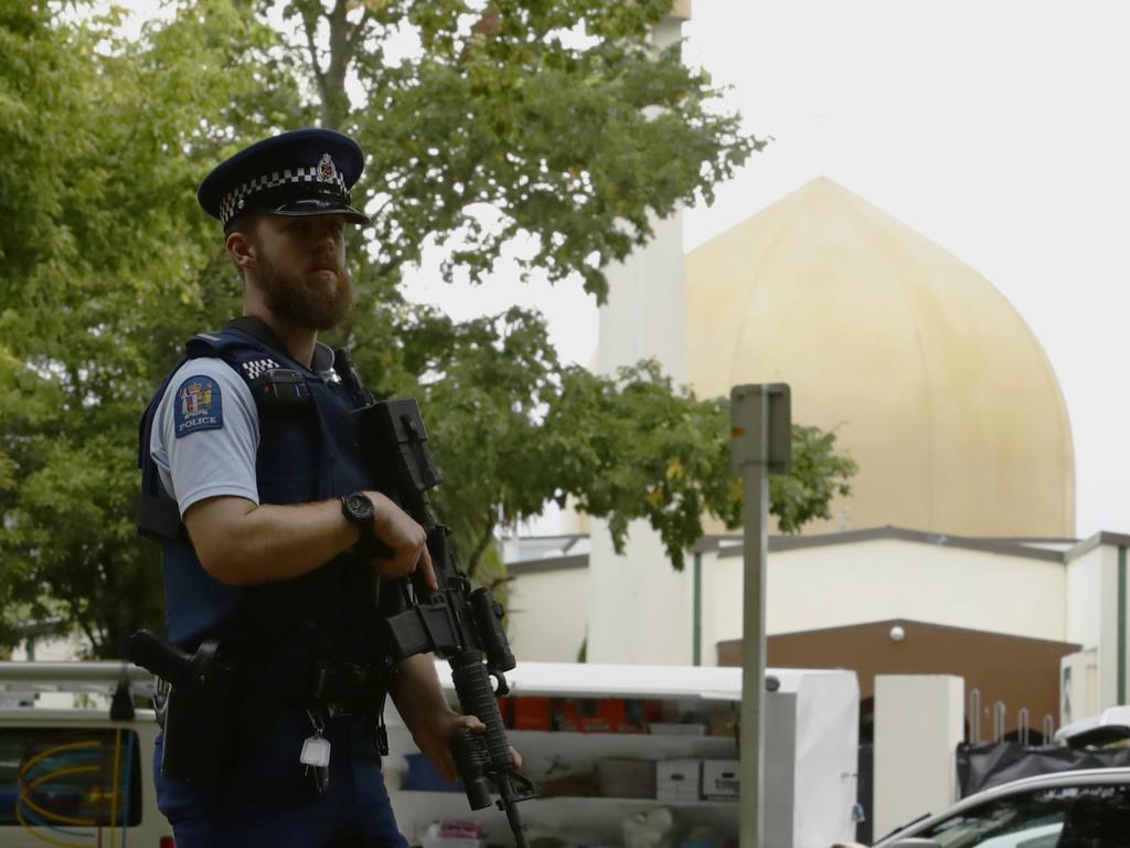 銃乱射事件があったヌール・モスクの前で警戒する警察官=16日、ニュージーランド・クライストチャーチ(共同)