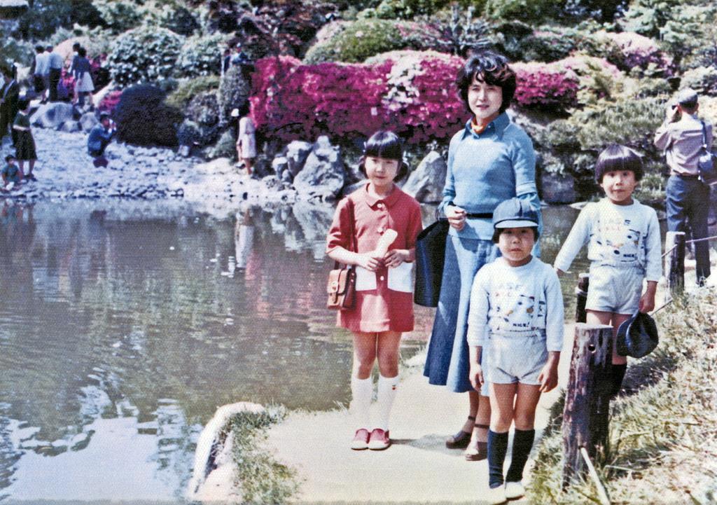 母の横田早紀江さんや双子の弟と休日に訪れた公園で記念撮影するめぐみさん=昭和50年、広島市内