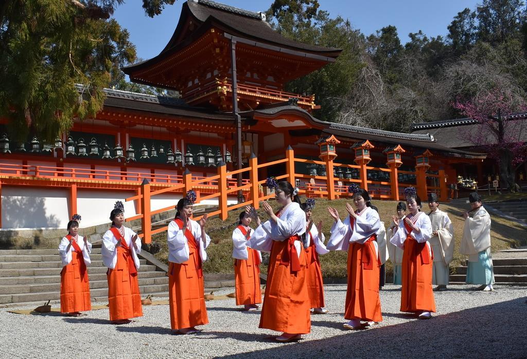 御田植神事で田舞を奉納する巫女たち=奈良市の春日大社