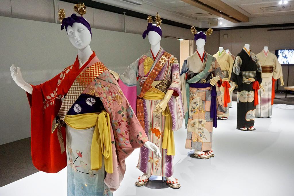 江戸時代前期の寛永期以前から京都で七夕に行われた「小町踊り」の少女らの衣装。会場内のモニターでは昭和初期の「染織祭」のパレードの映像も放映されている=15日、京都市下京区の京都経済センター(西川博明撮影)
