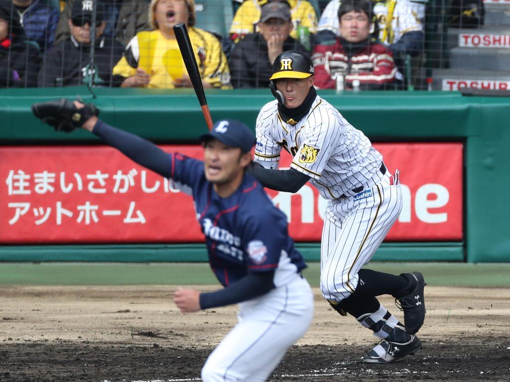 3回、安打を放つ阪神・糸井嘉男=甲子園球場(撮影・山田喜貴)