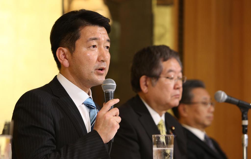 大阪市長選への出馬を表明し、会見する自民党の柳本顕氏(左)=16日午後、大阪市北区(寺口純平撮影)