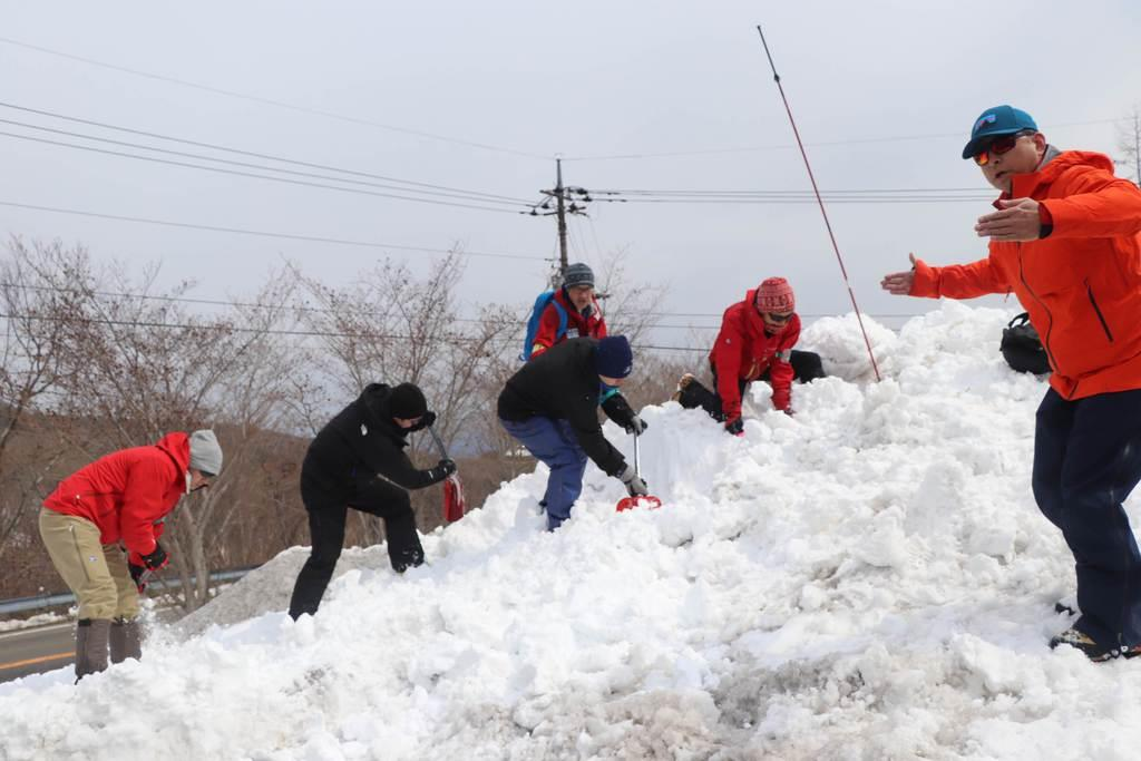 雪崩被災者の救出を想定し、シャベルを使って効率良く雪を掘り出す訓練をする講習会参加者=17日、栃木県那須町