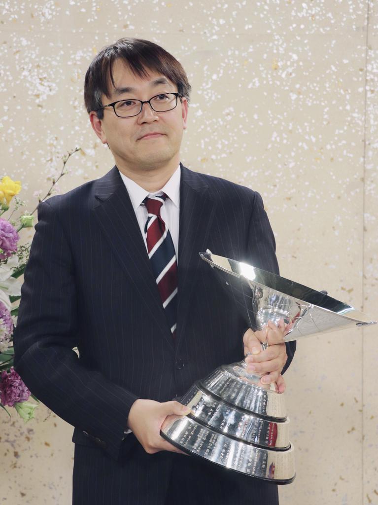 将棋の第68回NHK杯戦で7年ぶり11回目の優勝を果たし、カップを手にする羽生善治九段。一般棋戦で優勝45回の新記録を樹立した=2月18日、東京都渋谷区のNHK