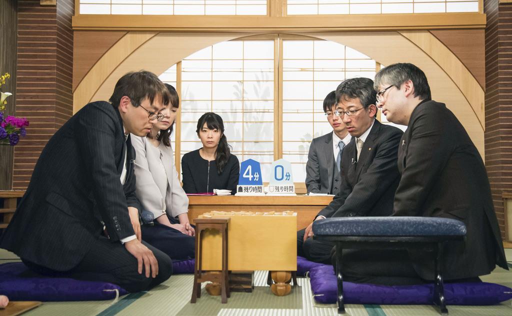 将棋の第68回NHK杯戦で郷田真隆九段(右)を破り、7年ぶり11回目の優勝を果たした羽生善治九段=2月18日、東京都渋谷区のNHK